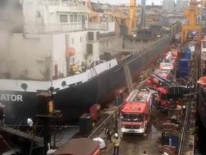 Tuzla Tersaneler Bölgesi'nde bakım ve tamiri yapılan gemide yangın çıktı