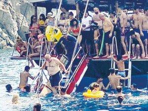 Koronavirüs tekne turunda! Birbirlerini iterek böyle denize atladılar!