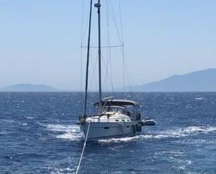 Motor arızası nedeniyle sürüklenen tekneyi Kıyı Emniyeti ekipleri kurtardı