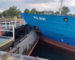 'Else' isimli kargo gemisi, Kiel Kanalı'nın havuz kapağına çarptı
