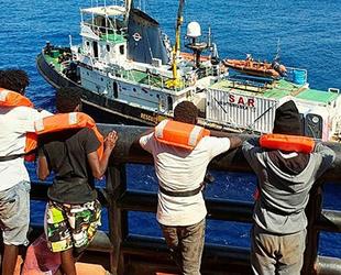 'Maersk Etienne' isimli kargo gemisinin kurtardığı göçmenlerin bekleyişi sürüyor