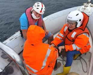 Denize atlayan kadını Sahil Güvenlik ve DAK-SAR ekipleri kurtardı