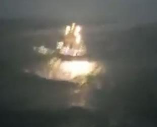 Balıkçı tekneleri, fırtınada dev dalgaların arasında kaldı