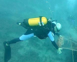 Mehmet Baş, balıkçıların bıraktığı ağları kendi imkanlarıyla temizliyor