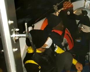 Sürüklenen bottaki 7 kaçak göçmeni Türk Sahil Güvenlik ekipleri kurtardı