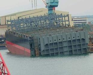 İnşa aşamasındaki konteyner gemisi battı