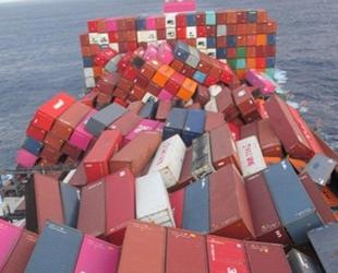One Apus isimli geminin Pasifik Okyanusu'nda konteynerları çöktü