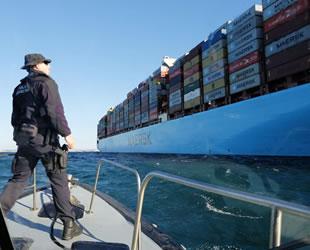Arızalanan Maersk Elba isimli konteyner gemisi, tersaneye çekildi