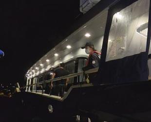 Teknedeki partinin davetsiz konuğu polisler oldu