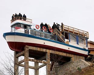 Tekneyi dağa çıkarıp kafeteryaya dönüştürdü