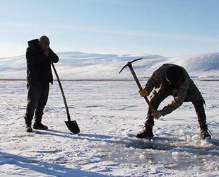 Donan Çıldır Gölü'nde eskimo usulü balık avı başladı