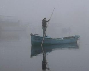 Balıkçılar, siste gölde kaybolmamak için teknolojiden yararlanıyor