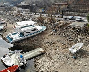Çekilen baraj suları üstünde bulunan tekneler karaya oturdu