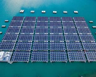 Dünyanın ilk yüksek rakımlı yüzer güneş enerjisi santrali, enerji üretimine başladı