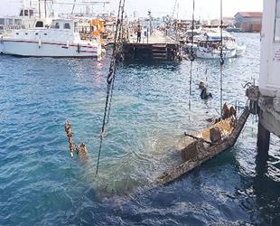 Mağusa Limanı'nda çöken iskele enkazları temizleniyor