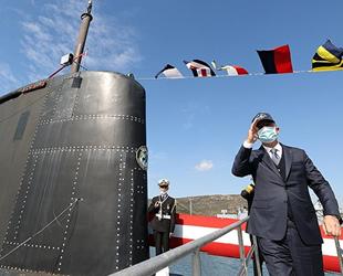 Hulusi Akar, TCG Gür denizaltısını ziyaret etti