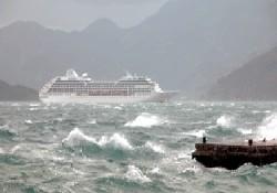 Dev turist gemisine fırtına engeli