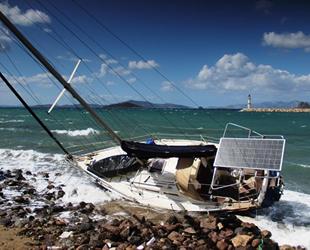 Bodrum'da 1.5 milyon liralık yelkenli tekne karaya vurdu
