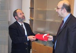 Türk bayrağını çaldı ABHABER geri aldı