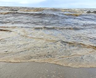 Karataş sahilleri gemi kaynaklı atık maddeyle kaplandı