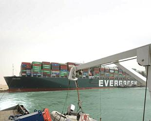 Süveyş Kanalı'ndaki gemi kazası krizi büyüyor