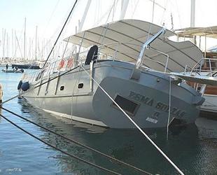 Bodrum Limanı'nda demirli tekne su alıp yan yattı