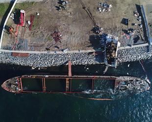 Zeytinburnu'nda karaya oturan geminin yaşam alanı parçalandı
