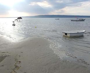 Deniz 20 metre çekildi, tekneler karaya oturdu