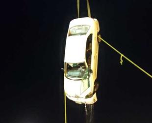 Süveyş Kanalı'nda araç, feribottan denize düştü