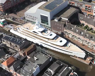 Hollanda'da 94 metrelik lüks yat dar kanaldan geçti