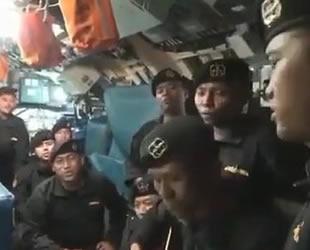 Endonezya'da batan denizaltıdaki mürettebatın şarkı söylediği görüntüler ortaya çıktı