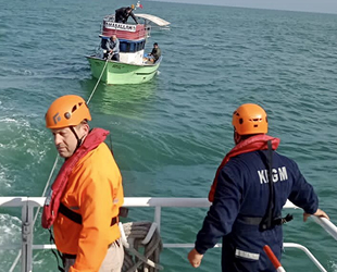 Ardeşen açıklarında sürüklenen tekne kurtarıldı