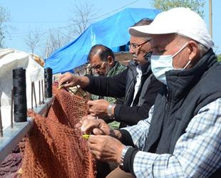 Sezonu bitiren balıkçılar ağlarını tamire başladı