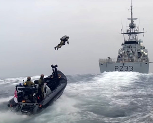İngiltere Kraliyet Donanması sırt roketini test etti