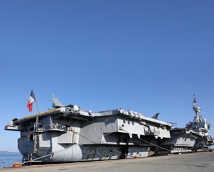 Fransız uçak gemisi Charles de Gaulle, Limasol Limanı'na demir attı