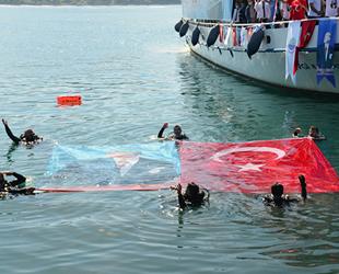 Dalgıçlar, 19 Mayıs'ı denizde Türk Bayrağı açarak kutladı
