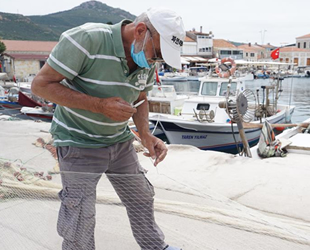 Balıkçılar, yırtılan ve kopan ağları nakış nakış işliyor