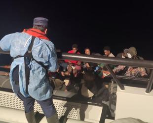 İzmir açıklarında lastik bottaki 23 göçmen kurtarıldı