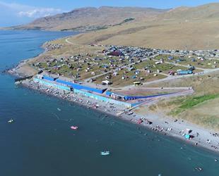 Van Gölü'nün 'Mavi Bayrak'lı plajı berraklığını koruyor