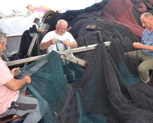 Ordulu balıkçılar, sezon sonrası yıpranan ağlar onarıyor