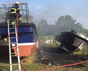 Bakıma alınan tekne ve sandalda yangın çıktı