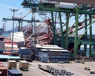 OOCL Durban isimli konteyner gemisi, Kaohsiung Limanı'ndaki vinçlere çarptı