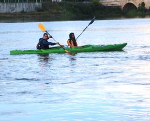 Kanocular, Meriç Nehri'nde kürek çekti