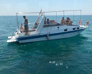 Antalya'da içinde turistlerin olduğu tekne denizde arızalandı