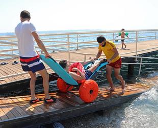 Konyaaltı Sahili'ndeki Engelsiz Plajı sezonu açtı