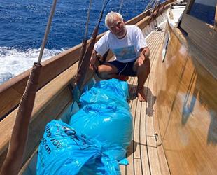 Son süngerci Aksona Mehmet, denizin ortasındaki çöp torbalarına isyan etti