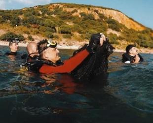Bekir Pakdemirli, dalış yaparak denizden hayalet ağ çıkardı