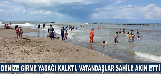 Karasu'da denize girme yasağı kalktı, vatandaşlar sahile akın etti