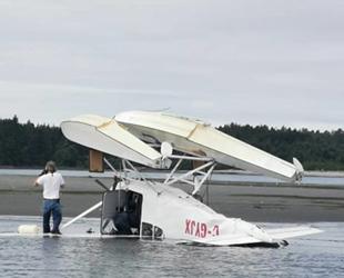 Tofino Limanı'nda deniz uçağı kalkışta ters döndü