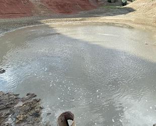 Erzurum'da suyu azalan gölete balıklar için su takviye edildi